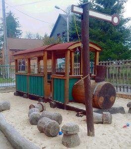Eisenbahn, Holpferd und viele andere Sitzmöglichkeiten gibt es für die Kita-Kinder, um draußen zu spielen und hier auch zu essen.