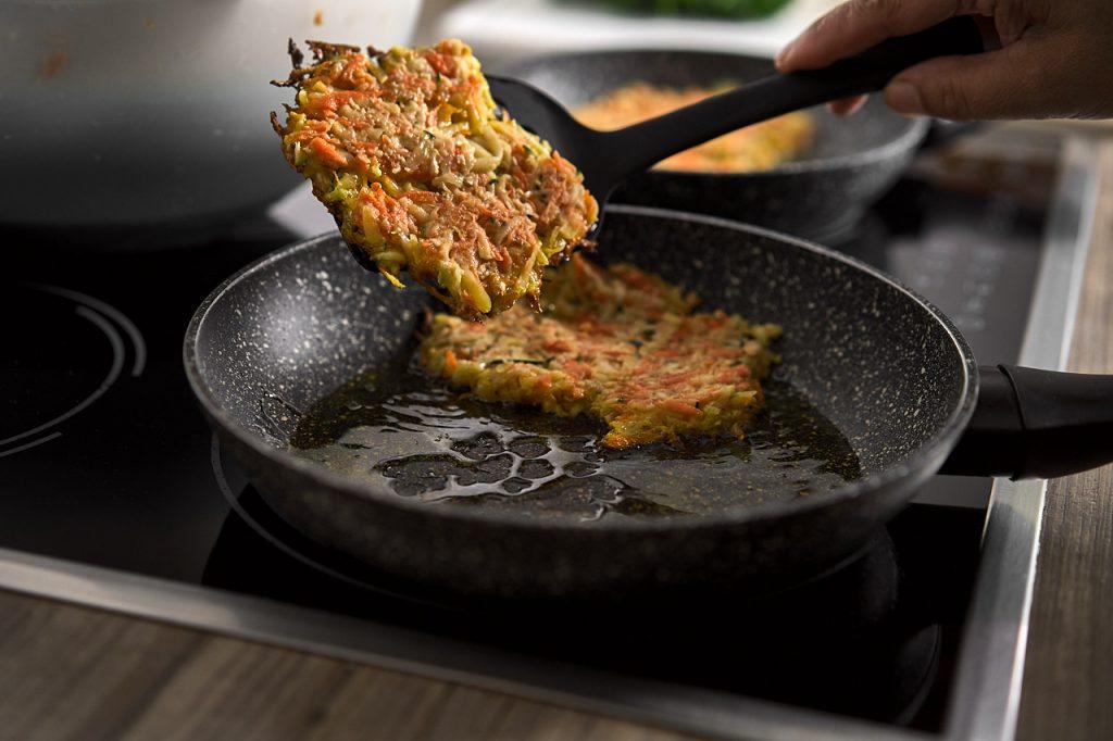 frisch gebratene Gemüse-Kartoffelpuffer