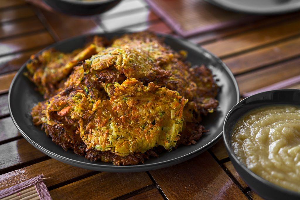 Gemüse-Kartoffelpuffer mit Kräuterquark und Apfelmus