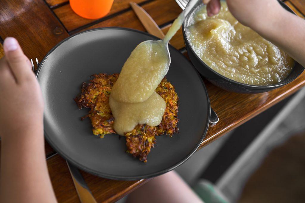 Gemüse-Kartoffelpuffer mit Apfelmus