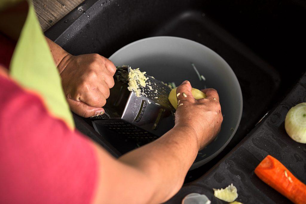 Gemüse für Gemüse-Kartoffelpuffer reiben