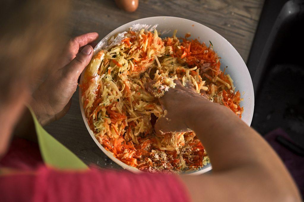 Masse für Gemüse-Kartoffelpuffer anrühren
